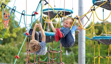 Distracție pentru copii prin echipamentele de joacă Atlas Sport