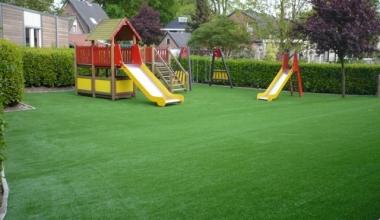 Gazonul artificial ca opțiune de suprafață pentru locurile de joacă