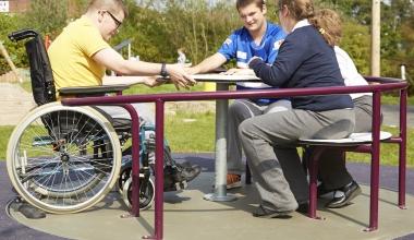 echipamente de joacă copii cu dizabilități