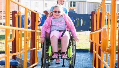 Cum să găzduiți copiii cu nevoi speciale la locul de joacă