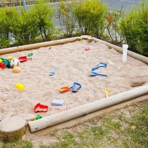 Groapă cu nisip cu bordură împrejmuitoare din lemn